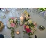 Декорация на ресторант за кръщене с цветя и свещи