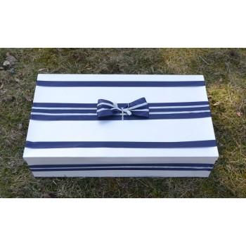 Кутия в тъмно синьо и кръстче