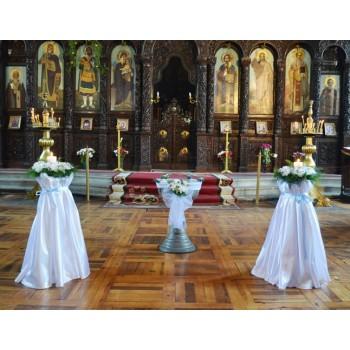 Украса с цветя на църква за кръщене